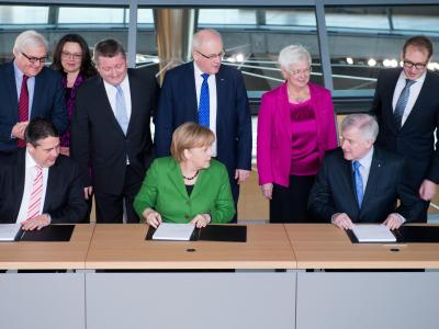 Sigmar Gabriel, Angela Merkel und Horst Seehofer unterschreiben den Koalitionsvertrag. Foto: Maurizio Gambarini