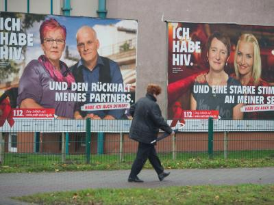 Plakate der Antidiskriminierungskampagne der Bundeszentrale für gesundheitliche Aufklärung «Positiv zusammen leben» hängen in Stralsund. Foto: Stefan Sauer