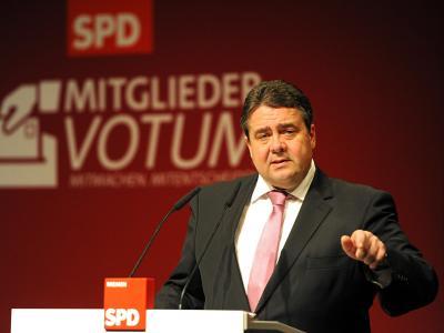 Vor Mitgliedern der Bremer SPD rührt Parteichef Gabriel die Werbetrommel für Schwarz-Rot. Foto: Ingo Wagner