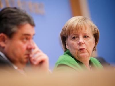 Angela Merkel zusammen mit SPD-Chef Gabriel während der Präsentation des Koalitionsvertrags. Foto: Kay Nietfeld