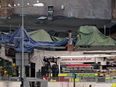 Feuerwehrleute und Rettungskräfte am Ort der Tragödie. Foto: Andrew Milligan