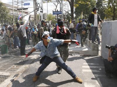 Regierungsgegner attackieren in Bangkok die Linien der Polizei. Foto: Rungroj Yongrit