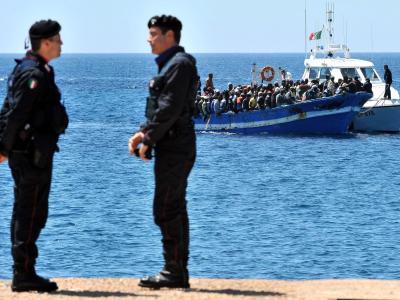 Ein Boot mit Flüchtlingen wird vor Lampedusa von einem Patrouillenboot geschleppt.. Foto: Ettore Ferrari/Archiv
