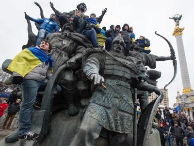 In der ukrainischen Hauptstadt Kiew haben Demonstranten ein Denkmal besetzt. Hunderttausende protestieren. Foto: Alexey Furman