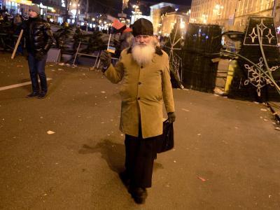Ein Priester hat sich auf dem Maidan-Platz zwischen die Linien gewagt. Foto:Filip Singer