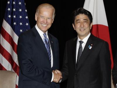 US-Vizepräsident Joe Biden (l) und der japanische Regierungschef Shinzo Abe. Foto: Tim Chong/Archiv