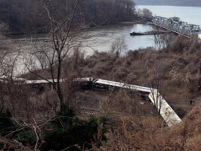 Mindestens vier Menschen starben und fast 70 wurden verletzt, als ein Vorortzug in New York am Wochenende aus den Schienen sprang. Foto:Andrew Gombert