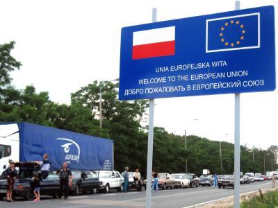 Dicht an dicht stehen Autos am Grenzübergang von Polen zur Ukraine. Foto: Christina Hebel