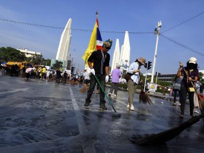 Nach den größeren Protesten wird aufgeräumt Foto: Mast Irham
