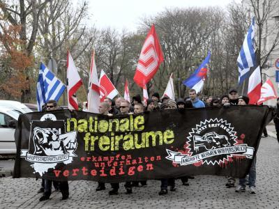 Neonazis bei einer ausländerfeindlichen Demo in Berlin (Archiv). Die Zahl der rechtsextremen Morde könnte wesentlich höher sein als bisher bekannt. Foto: Paul Zinken