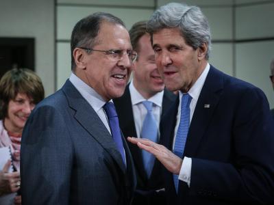 US-Außenminister John Kerry und sein russischer Amtskollege Sergey Lavrov begrüßen sich in Brüssel. Foto: Olivier Hoslet