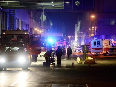 Nach einem Unfall in einer Reinigungsanlage im Mercedes Werk sichern Rettungskräfte die Unfallstelle. Foto: Sven Friebe