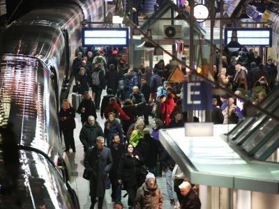 Reisende im Hauptbahnhof in Hamburg: Wegen des Orkans Xaver gibt es Verspätungen und Zugausfälle. Foto: Bodo Marks