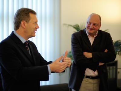 Der damalige niedersächsische Ministerpräsident Wulff und sein Pressesprecher Glaeseker unterhalten sich in der Staatskanzlei in Hannover. Foto: Jochen Lübke/Archiv
