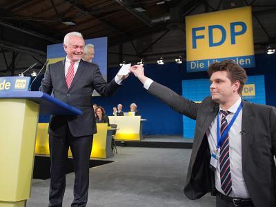 Der Heute-Show-Reporter Lutz van der Horst auf dem FDP-Bundesparteitag mit dem neuen stellvertretenden Bundesvorsitzenden Wolfgang Kubicki. Foto: Maurizio Gambarini