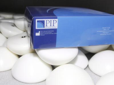 Minderwertige Brustimplantate aus Silikon der Firma PIP. Foto: Guillaume Horcajuelo/Archiv