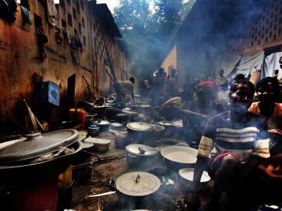 Feldküche in einem Flüchtlingslager im zentralafrikanischen Bossangoa. Das Land wird bedroht durch Gewalt zwischen ethnischen Gruppen und religiösen Gemeinschaften. Foto: Juan Carlos Tomasi
