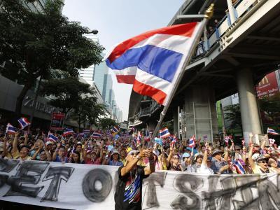 Die Ankündigung der thailändischen Regierungschefin klingt wie ein Zugeständnis an die Opposition. Nach den Dauerprotesten soll es nun Neuwahlen geben. Doch das genügt den Demonstranten nicht. Foto: Barbara Walton