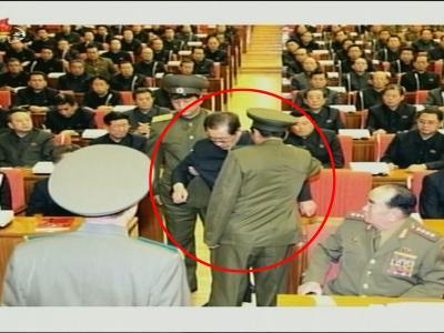 Ein Screenshot aus dem Programm des nordkoreanischen Staatsfernsehens zeigt, wie Jang Song Thaek abgeführt wird. Foto: Yonhap/epa
