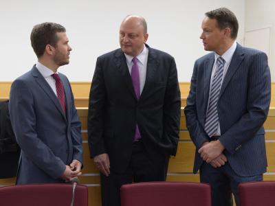 Der frühere Sprecher des Ex-Bundespräsidenten Wulff, Olaf Glaeseker, steht im Landgericht in Hannover neben seinen Anwälten. Foto: Peter Steffen