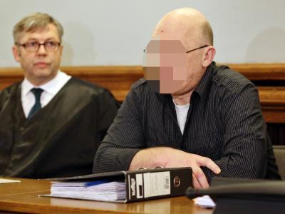 Der Angeklagte im Prozess um den Doppelmord von Pegau sitzt im Landgericht Leipzig neben seinem Pflichtverteidiger. Foto: Jan Woitas