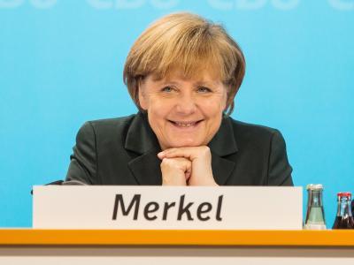Angela Merkel zeigt sich nach ihrer Rede zufrieden. Foto: Hannibal