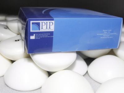 Brustimplantate aus Silikon der Firma PIP. Foto: Guillaume Horcajuelo/Archiv