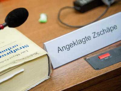 Ein Schild mit dem Namen der Angeklagten im Gerichtssaal in München. Foto: Marc Müller