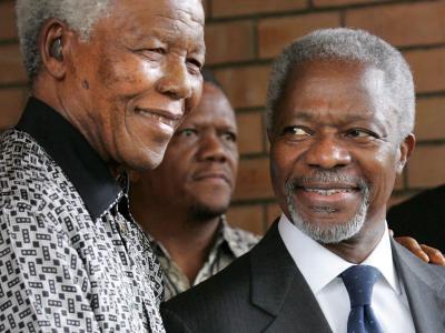 Nelson Mandela (L) im März 2006 zusammen mit dem damaligen UN-Generalsekretär Kofi Annan.Foto: Kim Ludbrook