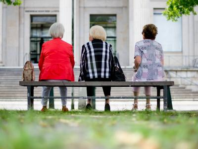 Jeder zweite männliche Neurentner im Alter von 63 bis 65 Jahren erfüllt die Voraussetzung für die geplante abschlagfreie Frührente, aber nur jede siebte Frau. Foto: Julian Stratenschulte