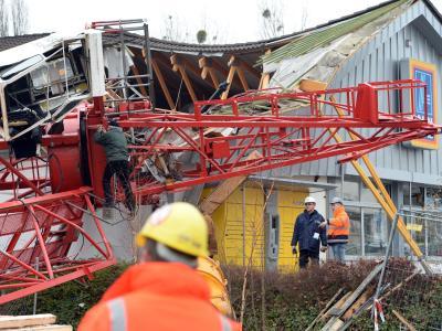 Ermittler der Polizei und Sachverständige suchen weiter nach der Ursache des Baukran-Unglücks. Foto: Boris Roessler