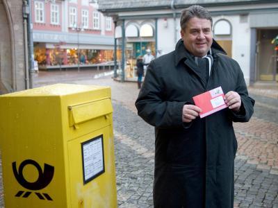 SPD-Chef Gabriel wirft einen Umschlag mit seinem Stimmzettel in den Briefkasten. Foto: Swen Pförtner