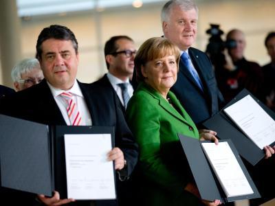 Sigmar Gabriel, Angela Merkel und Horst Seehofer präsentieren den vorläufig unterzeichneten Koalitionsvertrag. Foto: Kay Nietfeld