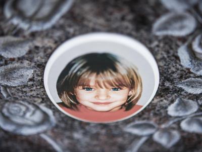 ARCHIV- Ein Gedenkstein mit dem Porträt des Mädchens Peggy auf dem Friedhof in Nordhalben. Das Verschwinden der Schülerin vor zwölf Jahren gehört zu den großen ungeklärten Verbrechen in Deutschland. Nun hat die Staatsanwaltschaft Bayreuth laut «Focus» ei