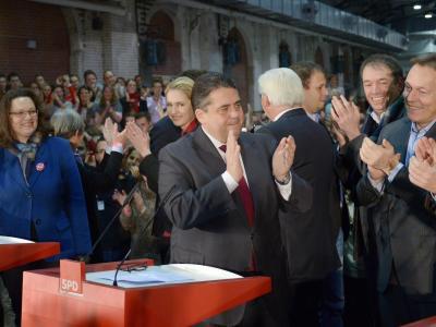 Der SPD-Vorsitzende Sigmar Gabriel (M) verkündet das Ergebnis des SPD-Mitgliedervotums. Foto: Reiner Jensen
