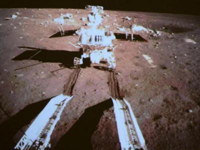 Ein großer Sprung für die junge Raumfahrtnation: Mehr als drei Jahrzehnte nach der letzten Mondlandung kurvt ein chinesischer Rover auf dem Erdtrabanten herum. Foto: Imaginechina/Chinesisches Staatsfernsehen