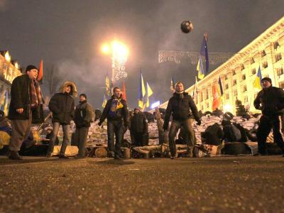 Kalte Nächte in Kiew: Um warm zu bleiben spielen ein paar Demonstranten Fußball. Foto: Tatyana Zenkovich