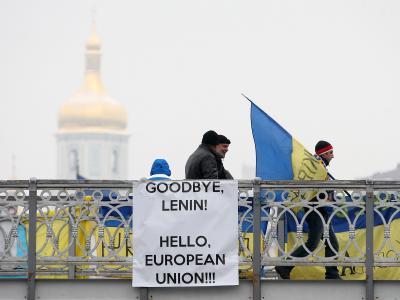 Pro-europäisches Plakat an einer Brücke in Kiew. Foto: Zurab Kurtsikidze