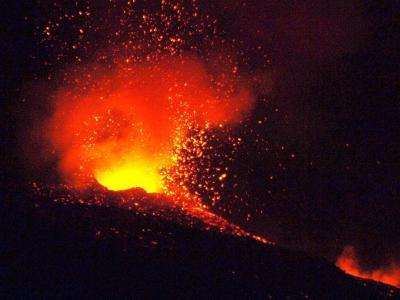 Der Ätna bei einem Ausbruch am 25.11.2006. Foto: Orietta Scardino/Archiv