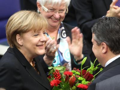 Bundeskanzlerin Angela Merkel nimmt nach ihrer Wiederwahl die Gratulation und den Blumenstrauß von Vizekanzler Sigmar Gabriel entgegen. Foto:Michael Kappeler