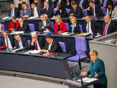 Fast drei Monate nach der Bundestagswahl will sich die schwarz-rote Koalition nun schnell an die Arbeit machen: Kanzlerin Merkel gibt die erste Regierungserklärung ihrer dritten Amtszeit ab. Dann stehen Termine in Paris und in Brüssel an. Foto: Hannibal