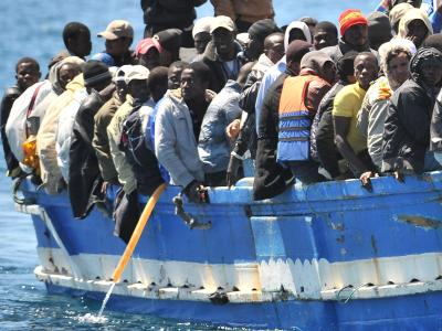 Flüchtlinge vor Lampedusa. Die erniedrigende Behandlung von Flüchtlingen, die «desinfiziert» werden, - zu sehen auf einem «Schock-Video» - schlägt hohe Wellen. Die Regierung will die Verantwortlichen ausfindig machen. Foto: Etore Ferrari/Archiv