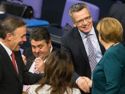 Kanzlerin Merkel, Innenminister de Maiziere, Wirtschaftsminister Gabriel und SPD-Fraktionschef Oppermann (r-l) begrüßen sich vor Beginn der Bundestagssitzung. Foto: Hannibal