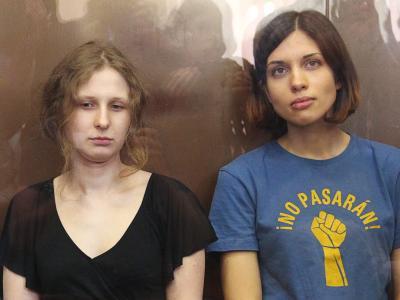 Die Mitglieder der russischen Punkband Pussy Riot, Nadeschda Tolokonnikowa (r) und Maria Aljochina während ihrer Gerichtsverhandlung in Moskau. Foto: Maxim Shipenkov