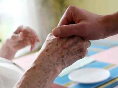 Pflege geht ganz schön ins Geld. Weit mehr als Tausend Euro müssen Betroffene pro Monat zum Teil selbst aufbringen. Nicht jeder kann sich das leisten. Foto: Oliver Berg/Archiv