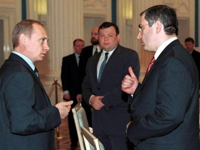 Russlands Präsident Wladimir Putin im Mai 2001 zusammen mit dem damaligen Yukos-Chef Michail Chodorkowski.Foto: Tass Pool/Archiv