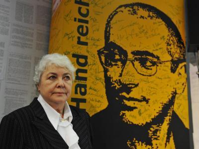 Marina Chodorkowskaja vor einem Wandbild ihres Sohnes. Foto: Rainer Jensen