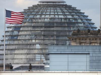 Das Dach der US-Botschaft in Berlin: Medienberichten zufolge diente die Botschaft wohl als Horchposten. Foto: Wolfgang Kumm/Archiv