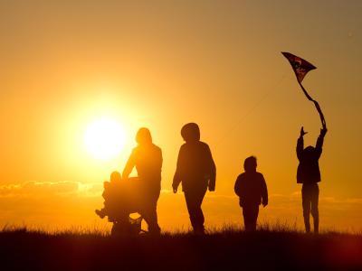 Familie im Sonnenuntergang: Die Deutschen fassen immer mehr Vertrauen zueinander. Foto: Christian Charisius/Archiv