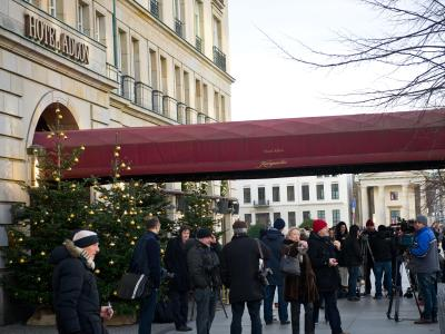 Kamerateams und Schaulustige vor dem Hotel Adlon in Berlin. Foto: Ole Spata